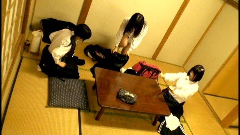 セーラー服のロリ女子がスカートが短すぎる制服新入生の生足が眩しい画像