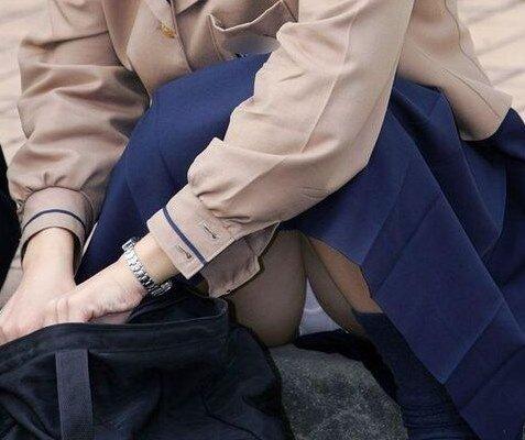 体育座りパンチラ画像、JKやお姉さんたちによるチラリズムの誘惑